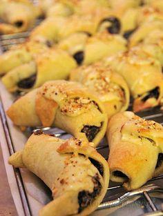 Rogaliki z makiem i migdałami - Najsmaczniejsze.pl Russian Cakes, Ale, Sausage, Sweets, Baking, Recipes, Poppy, Almonds, Recipies