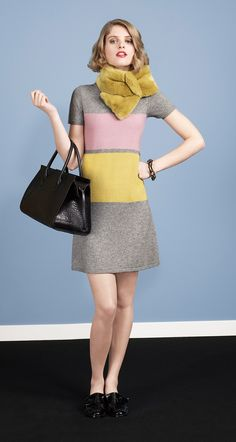 Short-sleeved three-colour dress in colour block cashmere. Ribbed edging on sleeves and collar. Zip fastening to the side. Length: 50 cm.