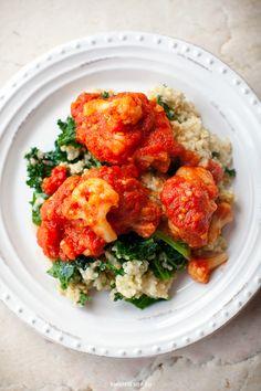"""""""Pulpeciki"""" z kalafiora w sosie pomidorowym z kaszą jaglaną i jarmużem"""