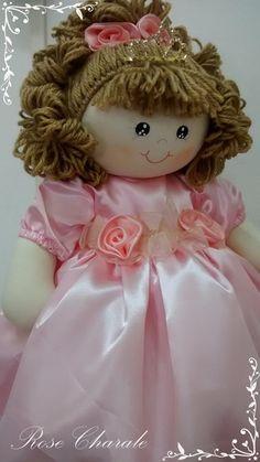 Boneca Princesa 50cm Doll Wigs, Doll Hair, Crochet Toys Patterns, Stuffed Toys Patterns, Pretty Dolls, Beautiful Dolls, Doll Clothes Patterns, Doll Patterns, Raggy Dolls