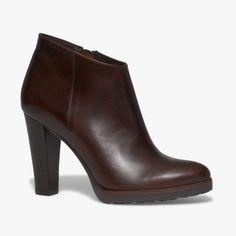 Boots marron talon haut en cuir Un boots très glamour avec son talon haut et son bout pointu. Son liseré marron sur le devant de la chaussure joue parfaitement le contraste. A noter, sa semelle antidérapante. Talon : 10 cm •#SHOESINMYLIFE Ce boots s'associe parfaitement avec un slim et de jolies chaussettes. •Prendre votre pointure habituelle.