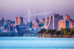 Porto Alegre é a capital do estado do Rio Grande do Sul e está localizada junto ao Guaíba, no extremo sul do país, a 2 111 km de Brasília. A cidade constituiu-se a partir da chegada de casais açorianos portugueses em 1742. O seu feriado é o dia 2 de fevereiro, dia de Nossa Senhora dos Navegantes, padroeira da cidade. Com cerca de 1,4 milhões de pessoas, em 2006, é a cidade com maior índice de desenvolvimento humano no Brasil e a capital que menos tem analfabetos.
