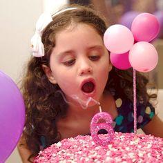 Fato consumado! Bella tem 6 anos! ❤️ Quer enfeitar seu bolo caseiro? Se joga nos nossos enfeites para bolo com mini bexigas! Tem pra vender na loja virtual (link no perfil)  #festerice #festalinda #festainfantil #bolodefesta #bolocaseiro #decoracaodefesta #detalhedefesta #boloenfeitado
