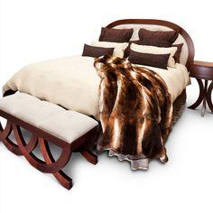 Postel Adele-kombinace oblých tvarů a výjimečných materiálů, to jsou atributy luxusní postele Adele, která se stane ozdobou Vašeho interiéru. Tělo postele z kvalitního dubového masivu v nádherné barvě mléčné čokolády unese jakoukoli emoci, kterou na svém lůžku budete prožívat, elegantní perlou interiéru se stane vysoké čelo postele. Oblé tvary dokonale zpracovaného dřeva potěší vaše smysly stejně jako čalounění v jemné krémové barvě. To pravé kouzlo se však skrývá v detailu, ve třpytu křišťálů Adele