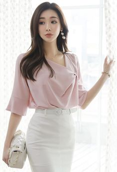 styleonme--Asymmetrical Pintuck Detail Shirred Blouse AND Front Slit High-Waisted Belted Pencil Blouse Styles, Blouse Designs, Classy Outfits, Cute Outfits, Look Office, Light Denim, Elegant Outfit, Vintage Denim, Fashion Outfits