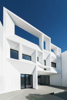 Construido en 2017 en Picanya, España. Imagenes por Adrían Mora Maroto. . Vivienda ubicada en una zona residencial próxima a Valencia, con viviendas adosadas a su alrededor. Se trata de un proyecto en sección (y en alzado),...
