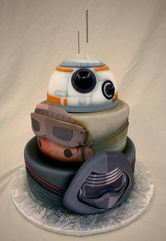 Rey and Kylo Ren Cake! All the main new characters of The Force Awakens movie together on one cake is hilarious! This cake by Mike's Amazing cakes is so well done, makes it perfect for any Star Wars birthday party or baby shower! Star Wars Torte, Bolo Star Wars, Star Wars Cake, Star Wars Cookies, Beautiful Cakes, Amazing Cakes, Bowl Cake, Star Wars Birthday, Disney Cakes