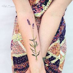 Pis Saro introduces herself as a botanical tattoo artist. Her inspiration changes according to seasons and travels during which she discovers new varieties of plants.