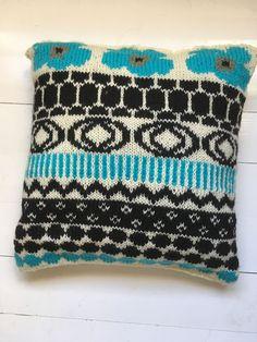 Maaliskuun neulottu Marimekko -tyyny Marimekko, Coin Purse, Blanket, Knitting, Crochet, Burberry, Helmet, Adidas, Google