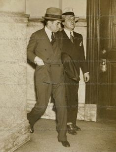 Lucky Luciano (left) enters police headquarters. Real Gangster, Mafia Gangster, Meyer Lansky, Whiz Khalifa, Mafia Crime, Mafia Families, The Big Boss, Al Capone, Detective