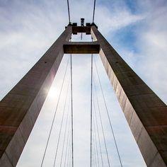 국내 교량 역사의 한 획을 긋는 대공사를 진행한 현대건설 울산대교.  Hyundai Engineering & Construction progressed huge construction project of Ulsan Grand Harbor Bridge, which marked a new era in Korean bridge history.