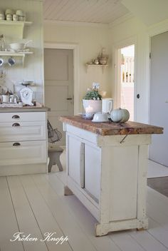 (via Pin by Michela Pozzi on Kitchen inspirations Cozinha Shabby Chic, Shabby Chic Kitchen, Country Kitchen, New Kitchen, Kitchen Dining, Kitchen Decor, Kitchen Island, Swedish Kitchen, Narrow Kitchen