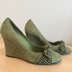 """Light Olive Suede Wedges Light olive suede with black-tan-green tweed bow across the front. Wedge height measures 3.75"""" and sole is worn at the heel only. Box kept and in very good condition. (Official shoe name is """"Melinda"""" in grass green by Amanda Smith) Amanda Smith Shoes Wedges"""