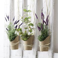 Ideas para decorar cualquier espacio de la casa con flores artificiales, ya sean con mucho color o solo con ramas de un verde intenso.
