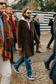 The men who attend Pitti Uomo, the biannual Florentine trade show, dress for the occasion. Here are the guys catching our eye right now. Fashion 101, Denim Fashion, Daily Fashion, Sneakers Fashion, Pitta, Cool Street Fashion, Daily Look, Looks Cool, Stylish Men