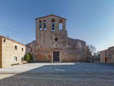 La iglesia de Sant Pere de Ullastret, está situada en el centro del municipio de Ullastret en la comarca catalana del Bajo Ampurdán. Es de construcción románica del siglo XI. Durante los siglos XVII y XVIII hubo reformas que afectaron principalmente la puerta de entrada y las capillas laterales que se unieron a la planta primitiva. Consta de planta basilical de forma trapezoidal, con tres naves, la central con más altura; las tres tienen bóveda de cañón reforzadas con dos arcos torales.