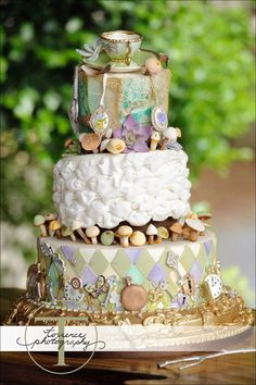 Give a hand to this baker and his/her subtly stunning cake. Teacups and mushrooms and pocket watches, oh my! Just wonder-full!