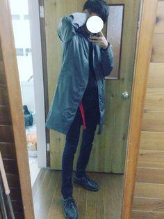 メルカリで1200円で買ったステンカラーコート カーキと黒の間ぐらいの色! バンバン使ってくよ!