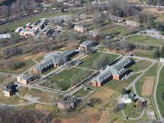 12) Alderson Federal Prison Camp, West Virginia (U.S.) Niente di strano che la conduttrice televisiva Martha Stewart abbia scontato la pena qui. La prigione comprende piscine, campi da tennis e un palco per talent show. - See more at: http://violapost.it/2015/12/26/ecco-le-14-prigioni-piu-lussuose-del-mondo-le-foto/#sthash.3wGxrgaZ.dpuf