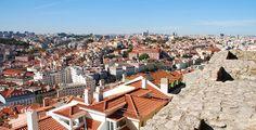 Colina de SÃO JORGE - No topo, surge imponente o CASTELO DE SÃO JORGE, onde se pensa que terá aparecido o povoado que deu origem a Lisboa. Esta fortaleza resistiu a anos de batalhas: em 1147, os cavaleiros de D. Afonso Henriques, primeiro rei de Portugal, investiram contra as muralhas durante 3 meses para reconquistar Lisboa aos mouros.