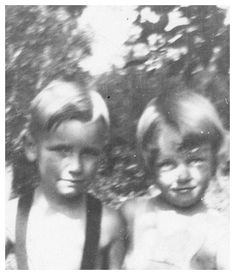 vintage everyday: 24 Rare and Adorable Vintage Photos of Norma Jeane (aka Marilyn Monroe) When She Was a Child Young Marilyn Monroe, Norma Jean Marilyn Monroe, Marilyn Monroe Photos, Rare Images, Rare Photos, Vintage Photos, Old Hollywood Stars, Vintage Hollywood, Pin Up