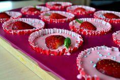 Jogurtowa pianka z truskawkami / Yoghurt mousse with strawberries