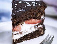 Chokoladelagkage med jordbærfyld - nem og lækker opskrift Danish Dessert, Cake Cookies, Cravings, Tart, Caramel, Sweet Tooth, Deserts, Sweets, Baking