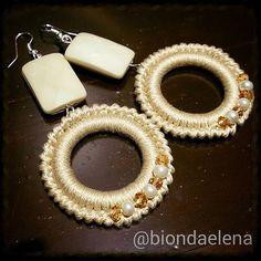 orecchini pendenti beige… uncinetto - Bijoux della Bionda Wire Jewelry Earrings, Tatting Jewelry, Bead Earrings, Beaded Jewelry, Jewelery, Crochet Earrings Pattern, Crochet Bracelet, Bead Crochet, Handmade Rings