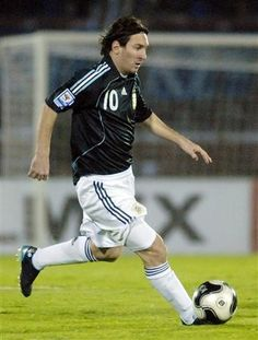 Lionel Messi, Football Players, Running, Sports, Soccer, Messi Photos, Argentina, Hs Sports, Soccer Players