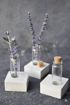 Mini betonnen vaas  Voeg de perfecte hoeveelheid van aard aan uw receptie, hal of slaapkamer. Deze mini betonnen vaas is een geweldige combinatie van vrouwelijk en mannelijke elementen.  De basis is een solide betonnen vierkant 2 x 2 x.5 h met een glazen cilinder (ongeveer 2,5 H)