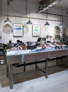 Marqt Haarlemmerstraat. Sustainable supermarket: Interior design and project management by Heyligers design+projects. www.h-dp.nl vis op ijs verse vis fresh fish on ice