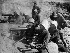 Ottoman Maxim machine gun position with German officers during the fighting at the Dardanelles, Turkey. Turkey was an ally of the Central Powers (Germany and Austria-Hungary) in World War I. 1914 - 1918.
