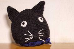 Cappellino gattino nero realizzato all'uncinetto.