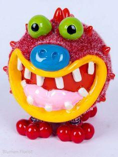 Spicy. Eén van de beste vrienden van Freaky.  Pomme-Pidou komt met deze spaarpotten verrassend origineel uit de hoek.  Deze zachte (!) monstertjes waken vol overgave over je spaarcentjes.   afm. 13x16x12cm.