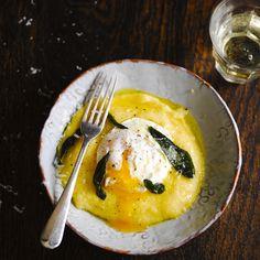 Een hartverwarmend gerecht met polenta en gepocheerde eieren. Ideaal als lunchgerecht of makkelijk hoofdgerecht. Bekijk via de video hoe Jamie Oliver op 3 manieren eieren pocheert.    1.Breng 1 liter water met een snufzout aan de kook. Klop...