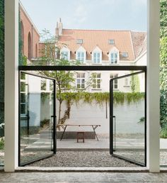 How amazing is this! The glass is brilliant and a giant slab centered around gravel looks so modern and fresh! Gravel garden by Lens Ass Architects | Gardenista