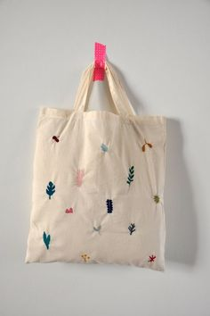 I LOVE this embroidered tote! Not a DIY, but great inspiration for a simple embroidery project Embroidery Bags, Simple Embroidery, Embroidery Stitches, Embroidery Patterns, Bag Patterns, Crochet Kawaii, Canvas Tote Bags, Purses And Bags, Jean Purses