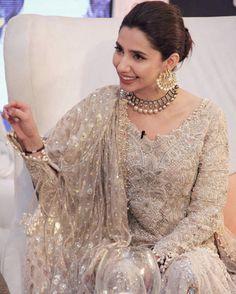 New Bridal Makeup Asian Walima Ideas - Wedding Makeup Classic Pakistani Party Wear Dresses, Pakistani Wedding Outfits, Indian Dresses, Nikkah Dress, Mehndi Dress, Shadi Dresses, Bridal Outfits, Pakistani Couture, Pakistani Mehndi