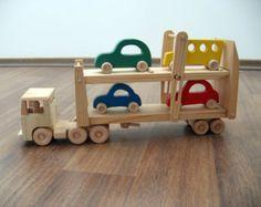 Daphne el camión un juguete de madera con cama movible