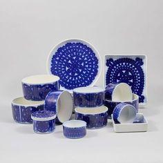 Blå Husar för Gustavsberg. 20 delar. Stig Lindberg. Deft Blue Stig Lindberg, Something Old, Porcelain Ceramics, Scandinavian Design, Retro Vintage, Home Goods, Blue And White, Pottery, Sweden