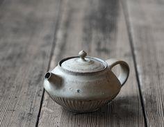 Ceramic Teapots, Japanese Pottery, Pottery Ideas, Design Crafts, Stoneware, Tea Pots, Porcelain, Clay, Tableware