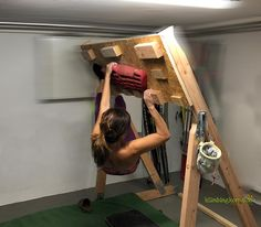 A stand-alone Hangboard frame has a lot of advantages to enhance your training at home. Put it up in the cellar, or garden. No need to screw on the wall. And this frame is inclinable in different angles Parkour, Rock Climbing Training, Climbing Workout, Home Climbing Wall, Office With A View, Bouldering Wall, Gym Decor, Wallet Tutorial, Rock Wall