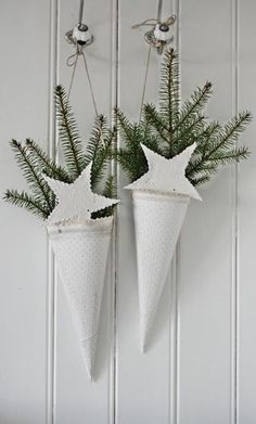 Christmas Decorations Decorating : White Christmas Cones with Sprigs of Greens… Natural Christmas, Green Christmas, Scandinavian Christmas, Country Christmas, All Things Christmas, Winter Christmas, Vintage Christmas, Christmas Crafts, Christmas Decorations