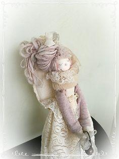 Sono felice di condividere l'ultimo arrivato nel mio negozio #etsy: Angelo Dorothy - Bambola di pezza - Angelo Portafortuna https://etsy.me/2JmKKcz #arte #angelo #decorazione #bambola #pizzo #pelliccia #nastri #polistirolo #creazionivenusia