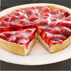 :) Esta tarta de yogur y fresas se elabora sin horno, con pocos ingredientes, todos sencillos. Con esta receta puedes preparar una tarta con otras frutas. | Más en https://lomejordelaweb.es/