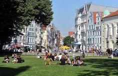 Universitätsplatz mit Blick in die Kröpeliner Straße, den Einkaufsboulevard von Rostock, Foto Joachim Kloock