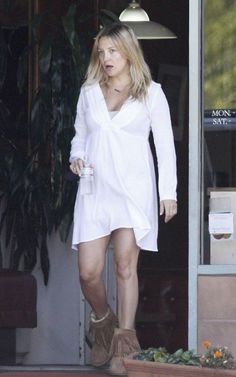 Going fresh-faced for family time, Kate Hudson enjoyed a lunch date with son Ryder an fiance Matthew Bellamy in Brentwood, California over the weekend (August 7).