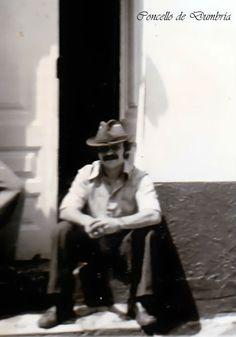 Benigno de Lela da Corte sentado á porta da Casiña de súa madriña Hermelinda. Cedida por Ezaro.com