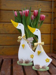 Endlich Frühling! Zwei liebevoll mit hochwertigen Acrylfarben bemalte Gänse. Gefertigt aus 10mm Pappelsperrholz. Gerne bemale ich euch die beiden Gänse auch in weiß-grau oder einer anderen...