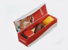 Verpakking voor 3 pralines. Het deksel is voorzien van een magneet waardoor het doosje open en dicht kan. Van Coca Cola.